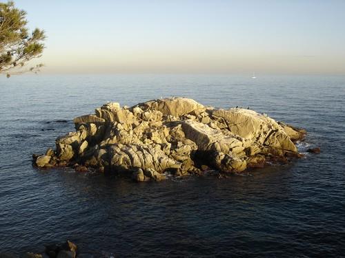 El islote de Belladona Grossa se encuentra en el margen derecho de la cala