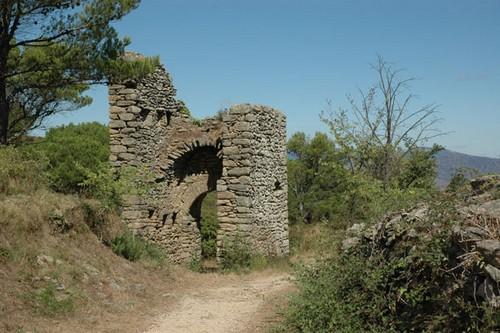 Restos de la puerta de tramuntana de la antigua villa de Santa Creu de Rodes, junto a la iglesia