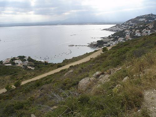 La Punta Falconera nos ofrece hoy en día un interesante conjunto de caminos que nos permiten recorrerla. Al fondo la Cala Almadrava.