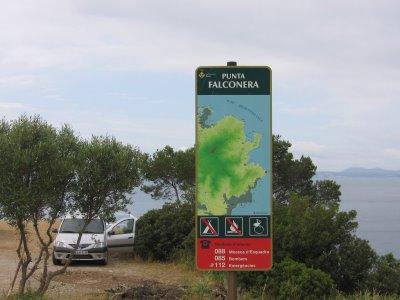 En la carretera hacia la cala Montjoi, que parte de Roses, este panel nos indica el punto en el que detenernos para llegar a Punta Falconera