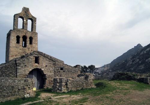 La iglesia de Santa Helena de Rodes se encuentra cerca del monasterio de Sant Pere de Rodes, el cual puede observarse en esta imagen, en la parte central derecha