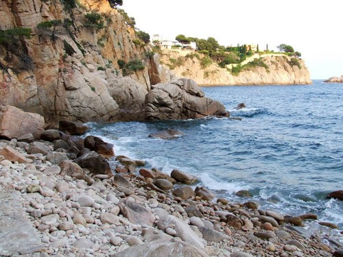 Una vez hemos descendido a Cala Vigatà comprobamos las bonitas vistas que ofrece a izquierda y derecha, con sendos grupos de islas