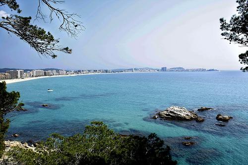 Al sur de la Playa de Torre Valentina comienza un espectacular camino de ronda que nos lleva hasta Playa de Aro, pasando por bellas calas