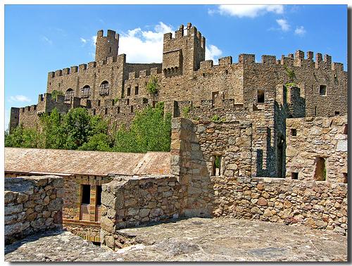 El Castillo de Requesens está compuesto de una triple linea de murallas