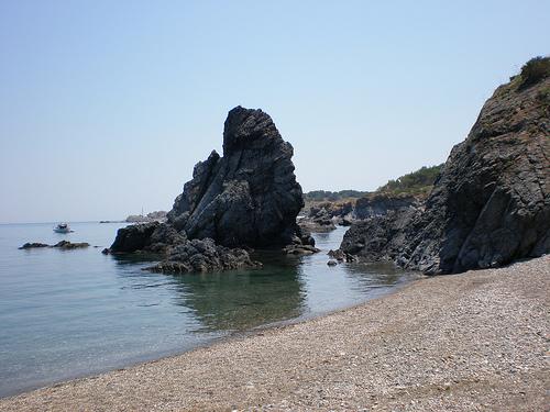 A la derecha de la Playa del Garbet se erige la mítica roca del Cavall Bernat