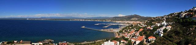 Vista panorámica del puerto y la bahía de Roses desde el Castillo de la Trinidad