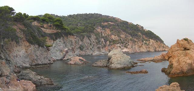 A la izquierda de Tossa de Mar comienza la sucesión de acantilados que conduce a buena parte de las mejores calas de la Costa Brava