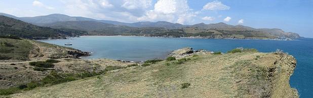 La Playa de Garbet, en Colera, se encuentra inserta en una gran bahía virgen y natural