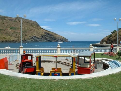 La Platja Gran de Portbou cuenta con completísimos servicios, como este parque infantil en el paseo marítimo