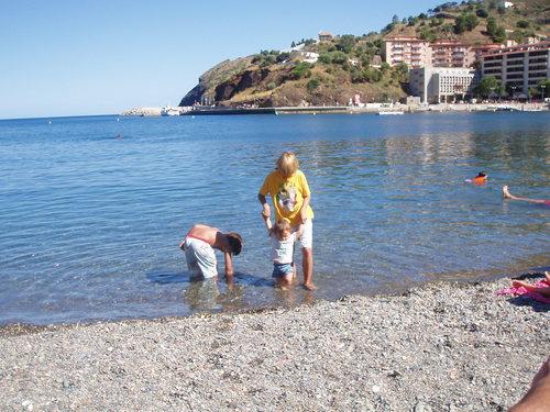 La Platja Gran de Portbou es una playa muy familiar que puede presumir de contar con la Bandera Azul, por la calidad de sus aguas y la excelencia de sus servicios