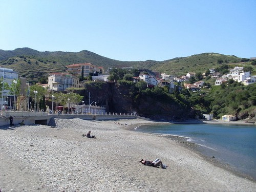 La tranquilidad de la playa grande de Portbou es una característica muy apreciada por sus bañistas