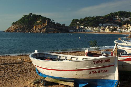 Desde la Playa de la Mar Menuda se contempla perfectamente la Vila Vella de Tossa de Mar, en la distancia