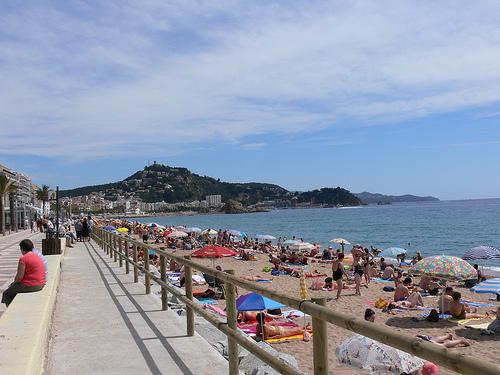 Paseo marítimo que recorre la playa de s'Abanell, en Blanes, Girona, Costa Brava