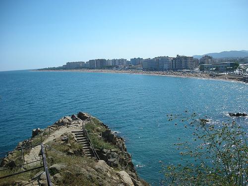 Un pequeño camino de ronda nos conduce hasta la cima de Sa Palomera, frente a la playa de s'Abanell