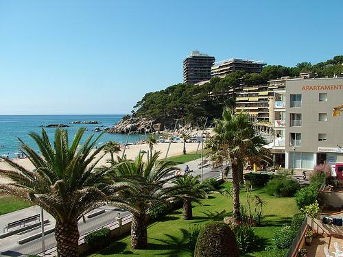 Playa Torre Valentina posee un precioso paseo marítimo que recorre la bahía de Palamós