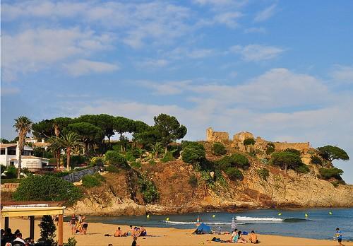 A la izquierda de la playa de la Fosca comienza un excelente camino de ronda que nos lleva hasta el Castillo de San Estebán, en la imagen, cala s'Alguer y cala es Castell