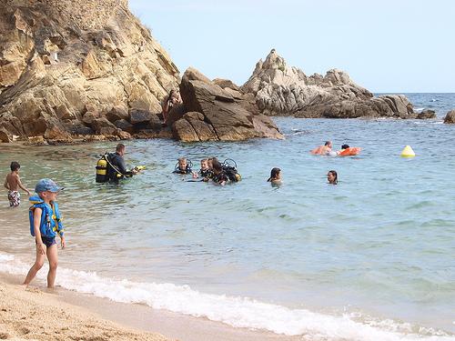 El fondo marino de Sa Caleta, arenoso y también rocoso, hace las delicias de los amantes del submarinismo o de simplemente el snorkel