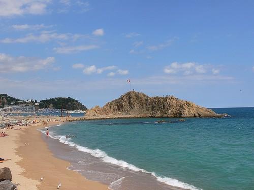 La playa de s'Abanell. en Blanes, es de las más extensas en la Costa Brava y se encuentra repleta de servicios