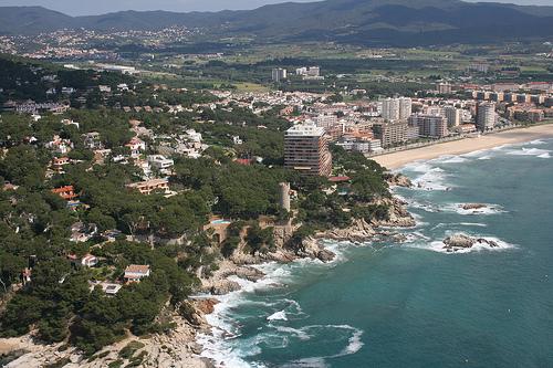 Foto aérea de la parte sur de la Playa de Torre Valentina, Calonge, que nos muestra la belleza del camino de ronda que transcurre hasta Playa de Aro