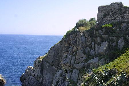 El Castillo de Sant Esteve de la Fosca, en Palamós, se encuentra asentado sobre un acantilado, a una altura aproximada de 20 metros
