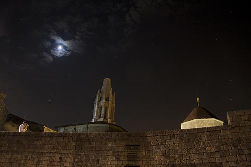 Noche de verano sobre el tejado de los Baños Árabes. A la izquierda, la torre de la iglesia de Sant Feliu