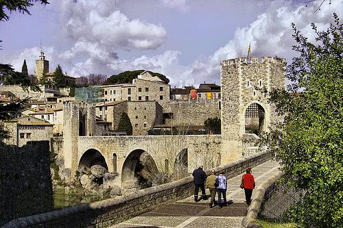 El puente medieval de Besalú, en Girona, Costa Brava