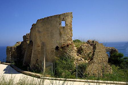 Junto al Castillo de Sant Esteve de la Fosca se pasa el cómodo camino de ronda que nos lleva hasta la Playa de Es Castell