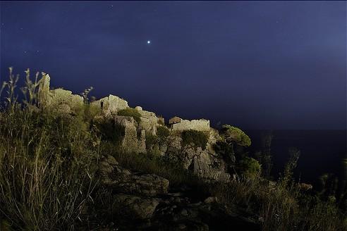 El Castillo de Sant Esteve de la Fosca, una noche de verano, iluminado por la luna llena