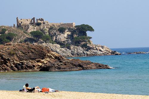 El Castillo de San Estéban de la Fosca se encuentra sobre la playa de la Fosca