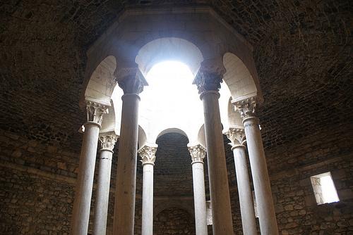 Baños Romanos Girona:La luz natural se cuela a través de la cúpula sobre la piscina