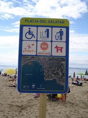 Panel informativo con los servicios que ofrece a sus bañistas la Playa del Salatar