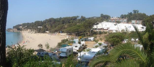 Cerca de la Playa de Can Cristus hay un camping, hecho que propicia un ambiente muy familiar