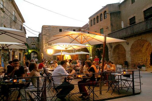 El palacio del Castillo de Peratallada se haya orientado a una bella plaza porticada medieval