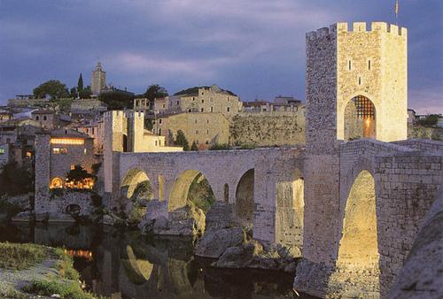 La belleza de este puente hace que sea de largo el elemento arquitectónico más fotografiado de Besalú