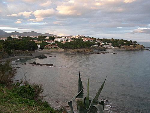 A la izquierda de la playa de la se sitúa la Punta de la Farella, y más allá la playa de les Carboneres