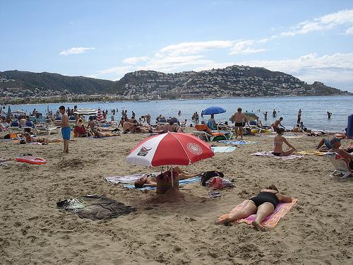 La Playa del Salatar, en Roses, nos permite disfrutar de una bella vista del pueblo y de la montaña del Puig-Rom