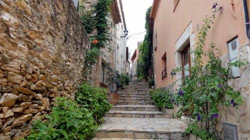 Las bonitas y adornadas calles de Begur, son a menudo en pendiente, sobre todo las que nos llevan al Castillo de Begur
