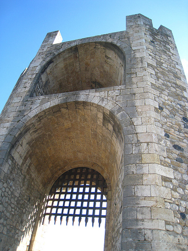 Torre situada en uno de los extremos del puente medieval de Besalú, Girona