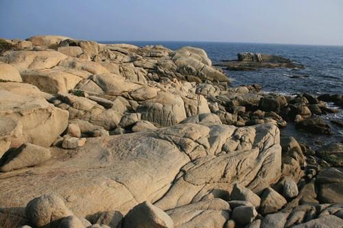 El paisaje de la Cala de Roques Planes, junto a las islas que la rodean, es muy sugerente