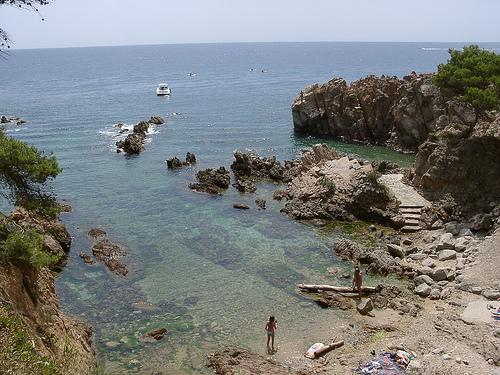 Frente a la Cala Canyers sobresalen atractivas y sorprendentes formaciones rocosas