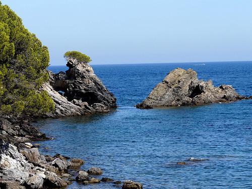 El paisaje que nos ofrece Cala Rustella es absolutamente virgen y natural