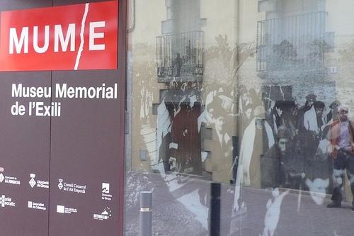 Nos disponemos a entrar en el Museo Memorial de l'Exili, dispuestos a descubrir un capítulo fundamental en la historia de la Costa Brava, Catalunya, España y Europa