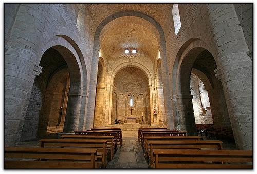 Nave central de la iglesia de Santa María de Vilabertran, en el Alto Ampurdán