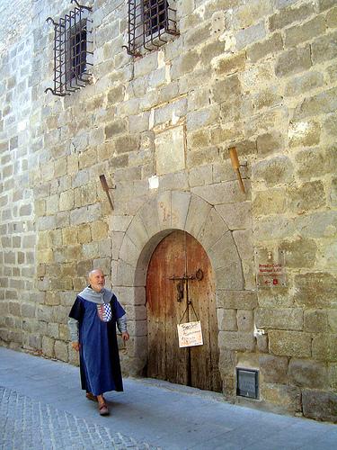 Entrada al palacio donde se encuentra el Museo Cúria-Prisión de Castelló d'Empúries