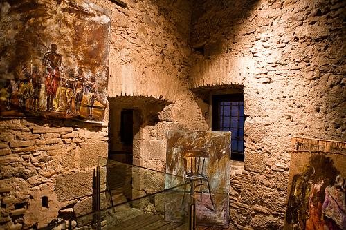La visita a las celdas de la Curia-Prisión se complementa con una exposición de pinturas
