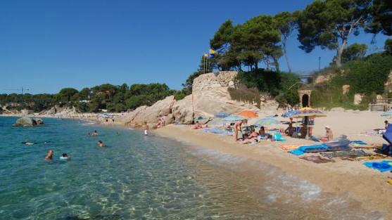 Cala del Forn, en Calonge, es una playa muy familiar y animada, sobre todo en verano