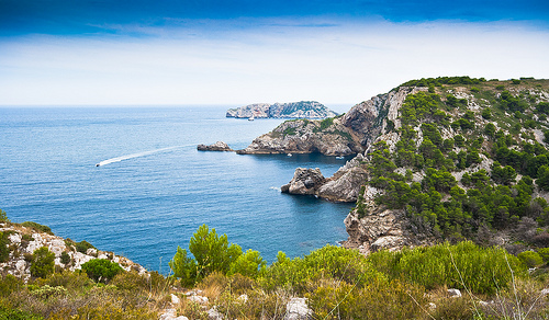 De camino a Cala Pedrosa las vistas que se obtienen de las Islas Medas son excelentes