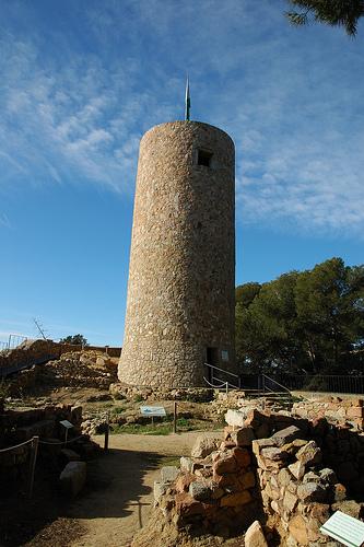 La torre de defensa del Castell de Sant Joan, en Lloret de Mar, es un testimonio de la protección de sus habitantes frente a la piratería