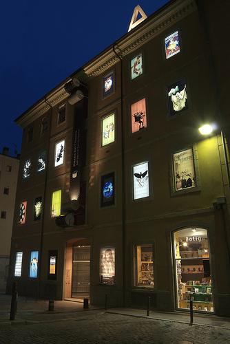 Imagen nocturna de la original fachada del edificio que acoge el Museo del Cine de Girona