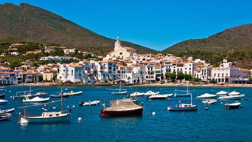 La figura de la iglesia de Santa María de Cadaqués es muy fácil de reconocer desde el mar
